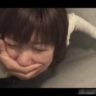 【本物レイプ動画】このカメラアングルはマジ物か!?怯える童顔娘の強姦映像!※無修正