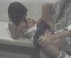【猥褻レイプ動画】女子校生が制服姿のまま公衆トイレに連れ込まれて強姦ヤリ捨てされる...