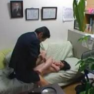 【レイプ盗撮動画】子供の裏口入学の為に身体を奉げる人妻。勝手に中出しされるが子供の為に泣いて耐える・・・
