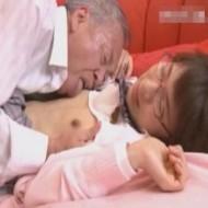 【JKレイプ動画】メガネっ娘JKを犯すオヤジ。若い身体に抑えが効かなくなり凄いがっついてますwww