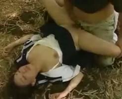 【JKレイプ動画】強姦魔による薬物で意識を奪われた女子校生が竹林で犯される鬼畜な犯行!