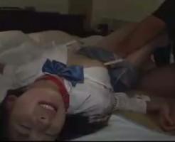 【ロリレイプ動画】中学生に見える華奢な美少女に首輪付けて監禁し強引に中出しレイプする鬼畜の記録・・・