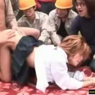 【集団レイプ動画】ヤクザに拉致られた女子高生が土木作業員達の中出し専用慰安婦にされている件・・・