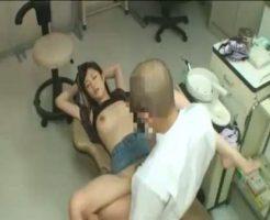 【麻酔レイプ動画】悪徳歯科医の凶行!大量の麻酔を投与されて失神した女子大生が生肉棒でめちゃくちゃに犯されてしまう・・・