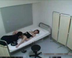 【泥酔レイプ動画】泥酔して意識を失う少女を保護するふりして駐在所で犯してしまう糞警官の犯行・・・