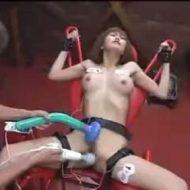 【凌辱レイプ動画】鬼畜の性奴隷にされた女が四肢を完全に固定されて電流責め!極太バイブと電マで激しく責められ絶叫アクメ!