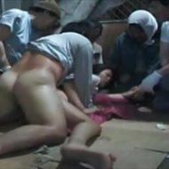 【本物レイプ動画】西成あいりん地区のやばい実態・・・汚いホームレス集団に次々と中出しされる被害女性・・・
