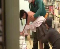 【□リレ●プ動画】白昼堂々の犯行!大人しそうな中●生少女が古本屋で痴漢に合い鬼畜2人に凌辱されてしまう・・・