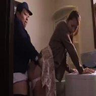 【人妻レ●プ動画】白昼堂々の犯行!水道管の修理に来た男が「大人しくしないと殺す」と人妻を脅し中出しレ●プ・・・