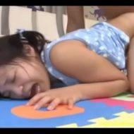 【JSレイプ動画】英語塾教師の鬼畜な犯行!小●生の少女のマン毛も生えてない膣穴に肉棒ぶっ刺し処女膜破壊レイプ・・・
