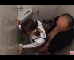 【JKレイプ動画】痴漢男の鬼畜な犯行!大人しそうな女子●生を駅トイレに連れ込んで無理やりチンコしゃぶらせ中出しレイプ・・