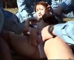 【集団レイプ動画】作業服の男数人に拉致られた女子大生が人気の無い公園で集団レイプされてしまう・・・