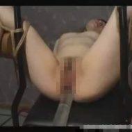 【拷問レイプ動画】キチガイにM字拘束されたギャルが特大浣腸注入されてアナル崩壊絶叫アクメ・・・