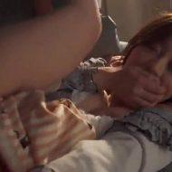 【人妻レイプ動画】親友が酔いつぶれている隙に人妻をレイプする鬼畜の凶行!嫌がる女の口を手で塞ぎ生チンコで淫肉めった刺し!