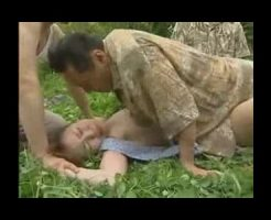 【集団レイプ動画】農道を一人歩く人妻を田舎ヤ〇ザが輪姦レイプ!手足を抑えつけられ肉棒3本で連続中出し・・・