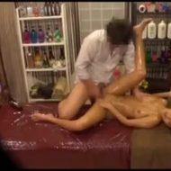 【レイプ盗撮動画】マッサージ師に全身に媚薬オイル塗られ発狂したギャルが施療中に中出しレイプされて・・・