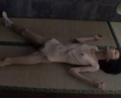 【集団レイプ】華奢で細いカラダの少女が群がる鬼畜男にマ●コをぶっ壊される!