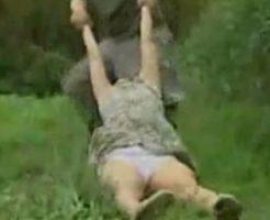 【レイプ動画】狙った獲物は逃がさない!殺す勢いで意識失うまで襲いかかる!