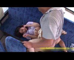 【痴漢レイプ動画】バス車内で隣席のジジイに強姦される女子大生!生肉棒の激しいピストンで悶絶アクメ・・・