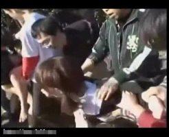 【集団レイプ動画】キチガイ集団に拉致られた2人の少女が十数本のチンポで陵辱される輪姦レイプ・・・
