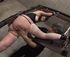 【無修正SMレイプ動画】変態男2人に肉便器調教される人妻がアナルを激しく犯されて悶絶・・・