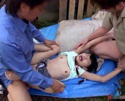【JSレイプ動画】処女膜破壊!小学生に見える少女を労働者二人が青姦レイプ・・・