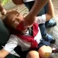 【JKレイプ動画】※ガチ注意!可愛いセーラー服姿の巨乳な女子校生を車で拉致って野外に連れ込み集団強姦する!