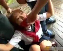 【JKレイプ動画】※ガチ注意!セーラー服の女子校生を車で拉致って野外集団レイプ!