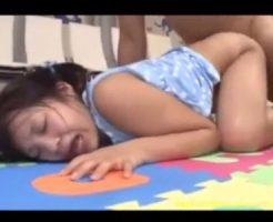 【ロリレイプ動画】見た目小○生っぽいツインテールの女の子が教室みたいなところでイタズラされる。