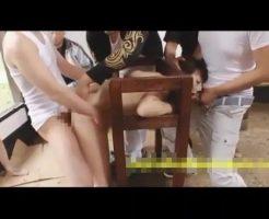 【集団レイプ動画】鬼畜注意!女子大生を拉致ってギロチン拘束し生チンポ5本で輪姦するDQN集団・・・