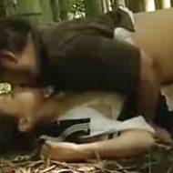 【ロリレイプ動画】学校帰りの中○生っぽい女の子を変態おやじが睡眠薬で眠らせ林の中でレ○プ!