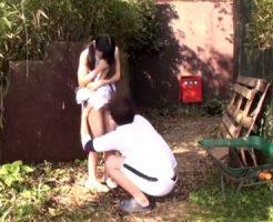 【ロリレイプ動画】公園で遊んでる小学生っぽい服装の少女にいたずらする激ヤバ映像・・・