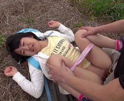 【ロリレイプ動画】田舎の小学生っぽい服装の少女を帰宅途中で襲い野外でレ●プする犯行映像が流出!?