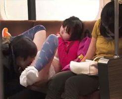 【ロリレイプ動画】電車の中で小学生っぽい娘にいたずら!? すぐ横にいる母親が熟睡してる間に近親相姦・・・