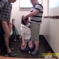 【ロリレイプ動画】鬼畜注意!中学生に見えるJC少女が中年オヤジに玄関で輪姦されてしまい・・・