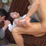 【レイプ動画】失神する旦那の横で鬼畜達に輪姦される人妻!上下の口に濃厚精子を注入・・・