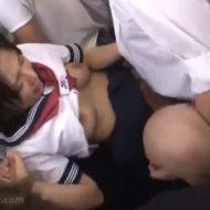 【痴漢レイプ動画】電車内でキチガイ集団に襲われた女子校生が精子まみれにされる輪姦映像・・・