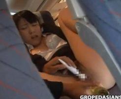 【露出レイプ動画】飛行機で隣席に座った男にナイフを突きつけられたOLが便所で強姦される鬼畜映像・・・