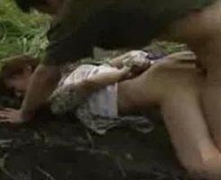 【野外レイプ動画】バス停で汚いおっさんに狙われ逃げるも捕まり失神状態で野外強姦される・・・