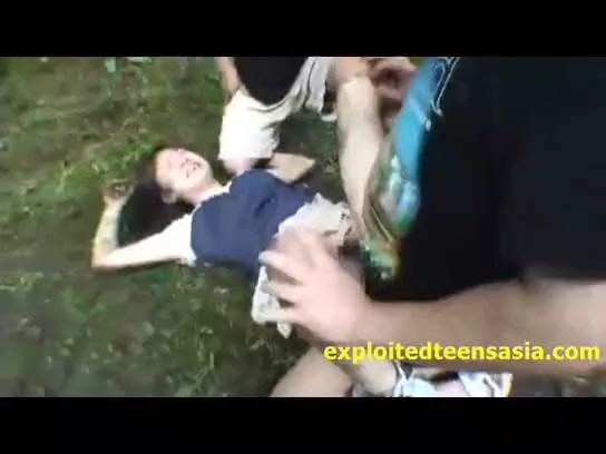 【本物レイプ動画】※ガチ閲覧注意!女子校生を山奥に拉致って中出し輪姦する腐れ外道の犯行・・・