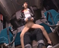 【痴漢レイプ動画】下校途中のJC少女をバスの後部席で強姦!未成熟なマンコを極太チンポでめった刺し…