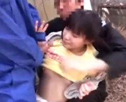 【ロリレイプ動画】帰宅途中の幼く見える少女達を捕まえ集団処女強姦!!