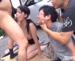 【野外レイプ動画】車の中から引きずり出され彼氏の目の前で輪姦!!