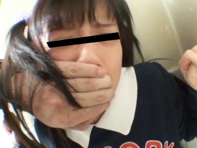 【処女 レイプ】痛いぃ!中●生女子がトイレ中に押し入る強姦魔 処女マン破って犯す個人撮影の犯罪映像・・・