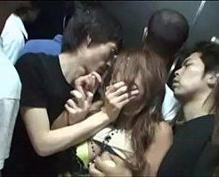 【ギャルレイプ】クラブのエレベーターで爆音にまぎれて集団痴漢しヤリマン女が鬼畜輪姦された・・・