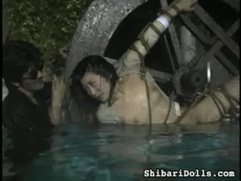 【SM拷問】可愛い女の子を全裸にして水責め映像がなぜか抜けるw