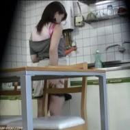 【本物盗撮】台所で料理をする妻を盗撮・・・にんじんを見つめマンコに挿入してオナニー・・・