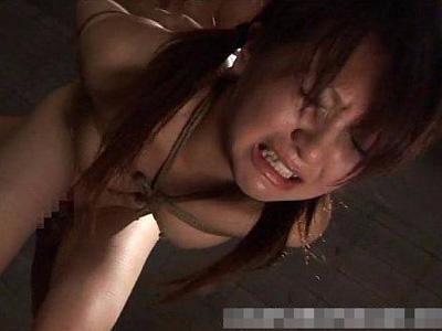 【ロリレイプ動画】縄で拘束した少女にフル勃起チンコを舐めさせ自ら腰を振らせピストンさせる!
