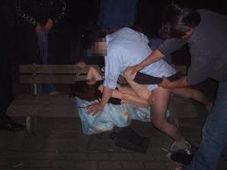 【集団レイプ動画】一寸先は闇...公園にいた女を拉致しむちゃくちゃに犯す人生をぶち壊す...