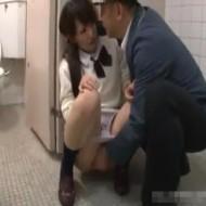 【JKレイプ動画】男子トイレで犯された女子校生が泣きながら精子をかき出す姿ってエロい!